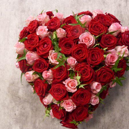 Coeur de roses rose et rouge