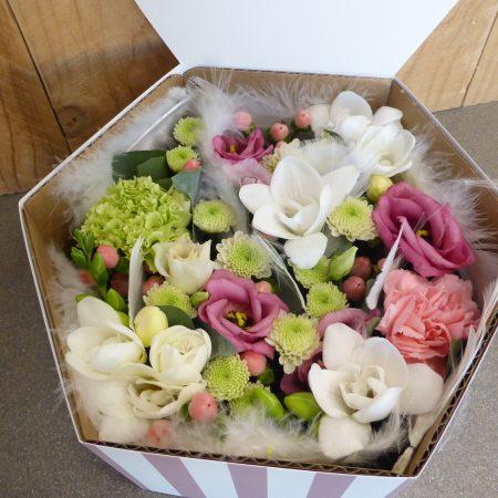 Composition de fleurs coupées dans boite hexagonal